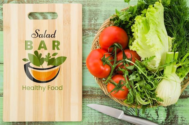 Salatbarkarte mit frischem gemüse