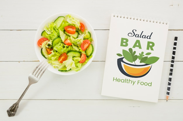 Salatbarkarte mit salatteller