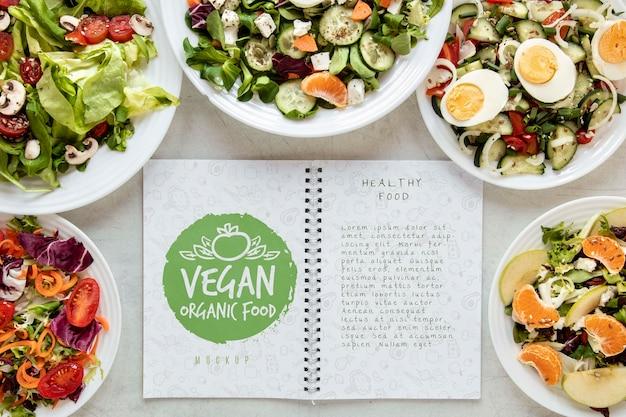 Salate mit notizbuch auf dem schreibtisch