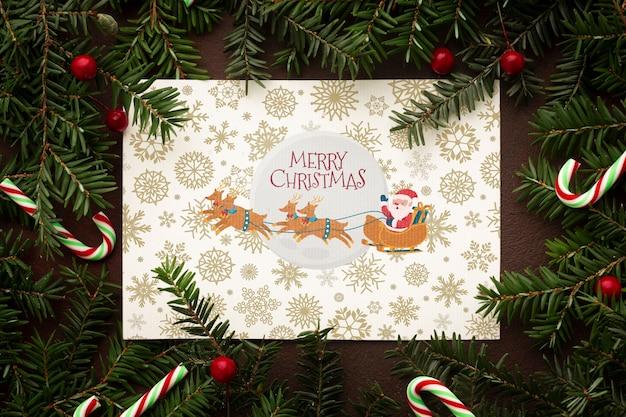Sankt und sein ren auf weihnachtskiefernblättern