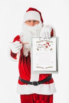 Santa hält zwischenablage mit wunschliste