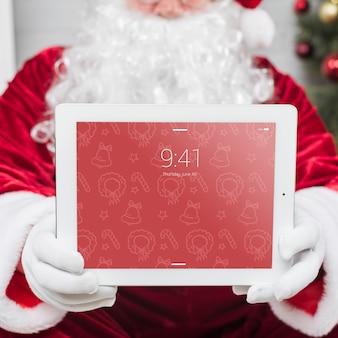 Santa präsentiert tablet-modell