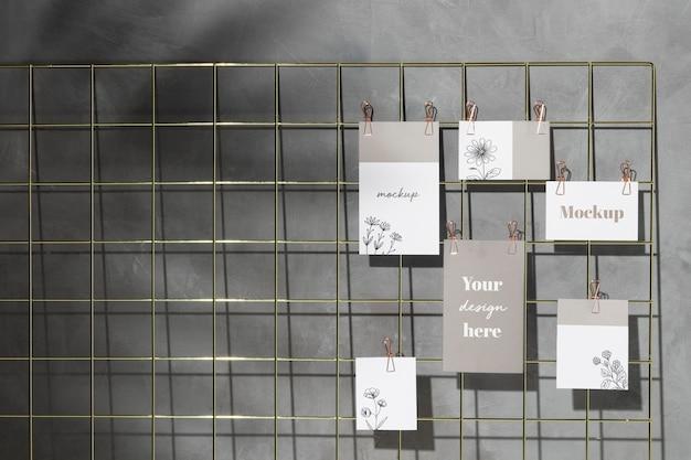 Satz karten, die auf gitternotiztafel mit clips hängen