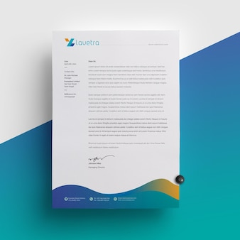 Sauberes briefpapier mit blauem akzent