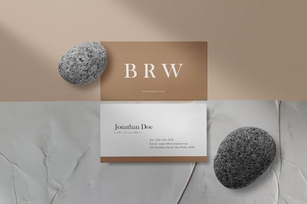 Sauberes minimales visitenkartenmodell auf geklebtem papier