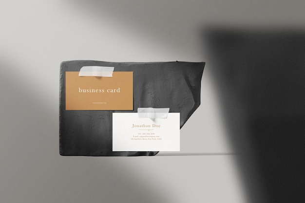 Sauberes minimales visitenkartenmodell auf holzplatte