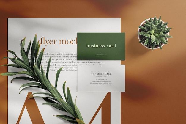Sauberes minimales visitenkartenmodell auf papier a4 mit blättern