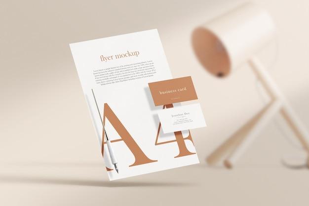 Sauberes minimales visitenkartenmodell auf papier a4 mit lampe