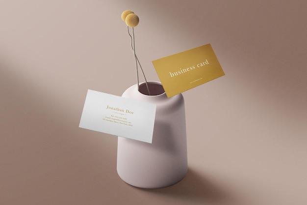 Sauberes minimalistisches visitenkartenmodell, das auf vase und blumen schwimmt