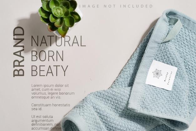 Sauberes und weiches handtuch mit blumentopf auf grau