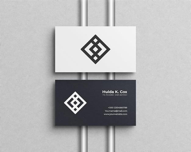 Sauberes visitenkartenmodell mit silberfolie und weißem hintergrund