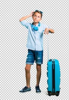 Scherzen sie mit der sonnenbrille und den kopfhörern, die mit seinem koffer reisen und eine idee denken
