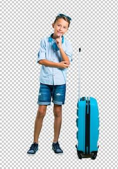 Scherzen sie mit der sonnenbrille und kopfhörern, die mit seinem kofferlachen reisen