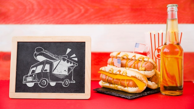 Schieferbrettmodell mit hotdog