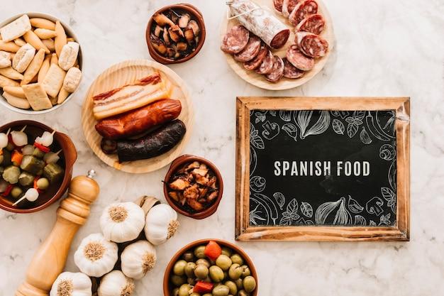 Schiefermodell mit traditionellem spanischem essen