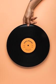 Schließen sie herauf hand, die schwarzes vinylmodell hält