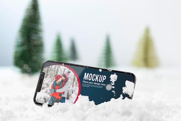 Schließen sie herauf smartphone im schnee