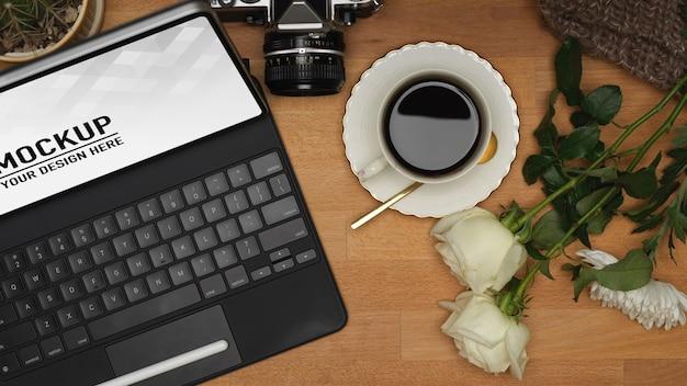 Schließen sie oben auf digitalem tablettmodell mit kaffee