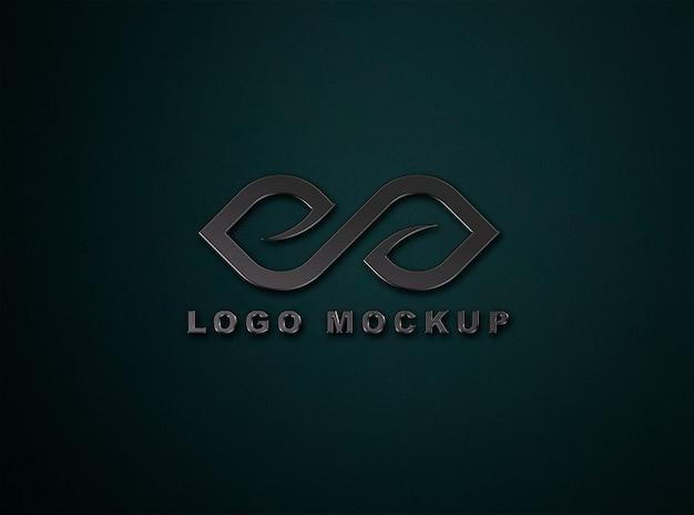 Schließen sie oben auf dunklem logo modell in der wand