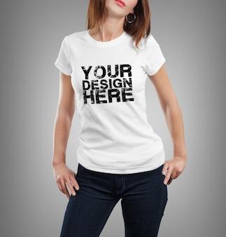 Schließen sie oben auf frau, die t-shirt modell trägt