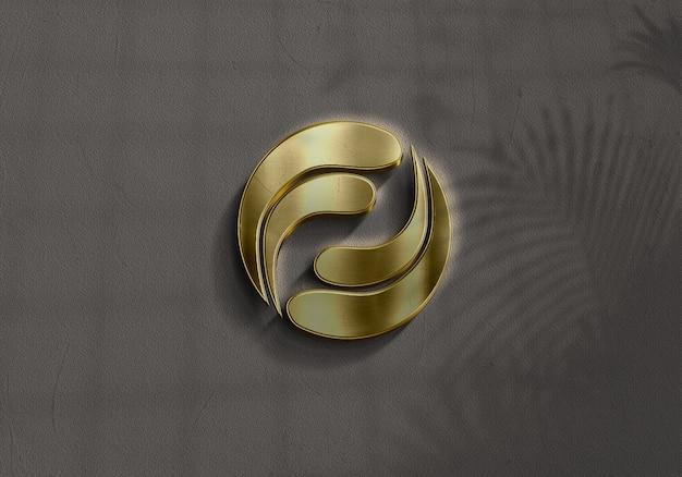 Schließen sie oben auf goldenem logo modell in der wand