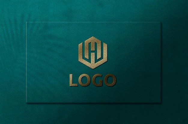 Schließen sie oben auf goldenem logo modell in karte