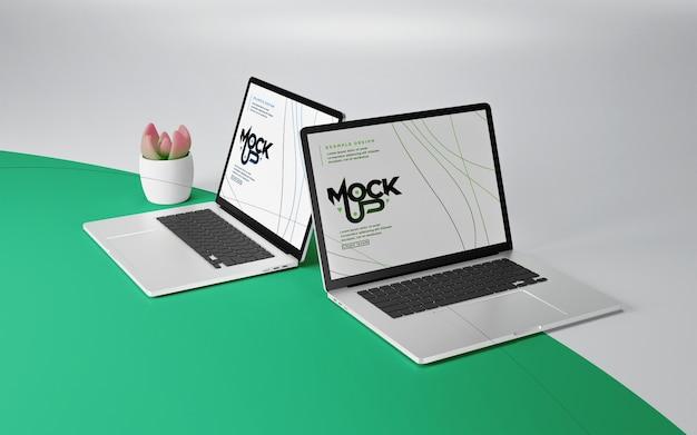 Schließen sie oben auf laptop-modell mit topfpflanze