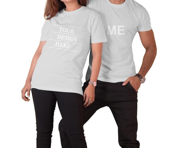 Schließen sie oben auf paar, das t-shirt modell isoliert trägt