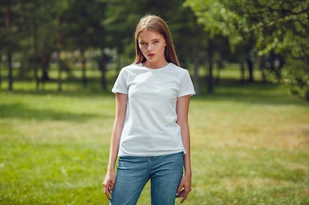 Schließen sie oben auf schöne junge frau im t-shirt-modell
