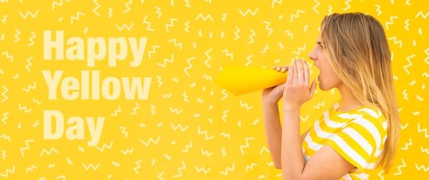 Schöne frau mit gelbem konzeptmodell