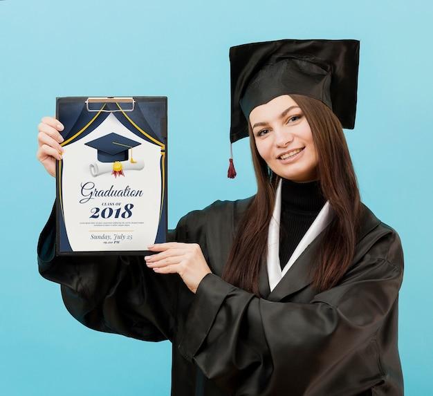 Schöner student, der abschlussdiplom hält