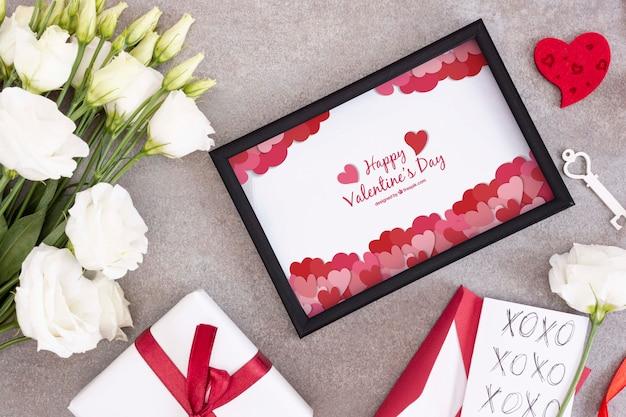 Schöner valentinstagrahmen und -blumen