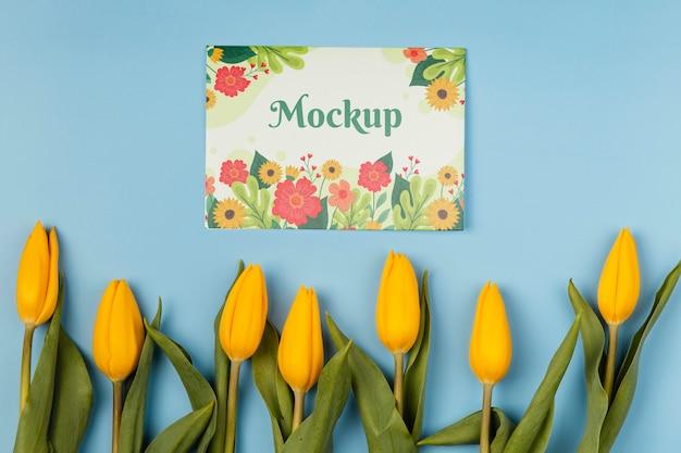 Schönes frühlingsblumenarrangement mit mock-up