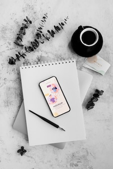 Schreibtisch des malers künstler mit notizbuch