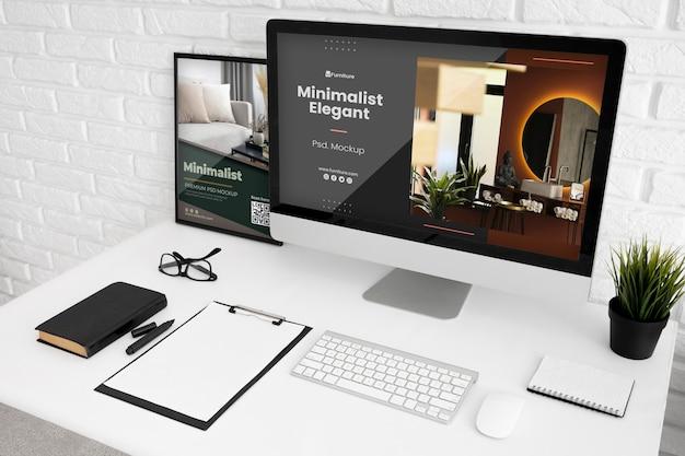 Schreibtisch mit computermodell