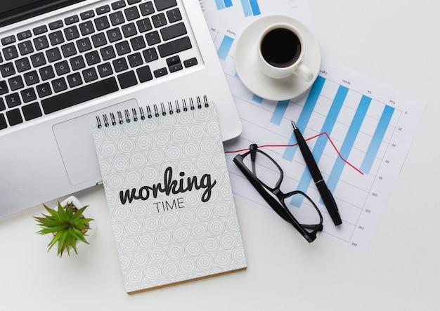 Schreibtisch mit laptop, kaffee und notebook-modell