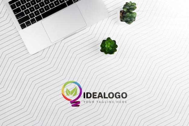 Schreibtisch mit laptop und pflanze