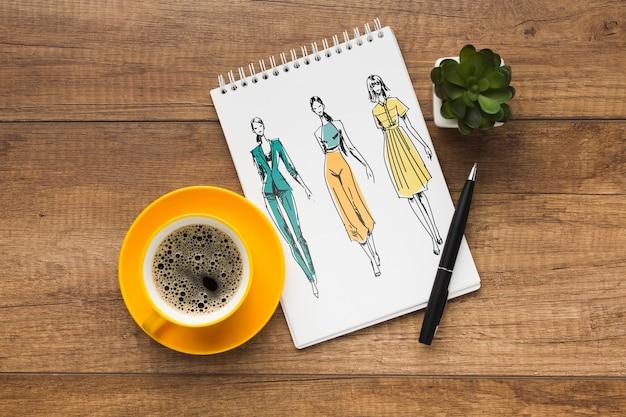 Schreibtisch mit notebook-modell und kaffee
