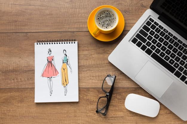 Schreibtisch mit notebook-modell und laptop