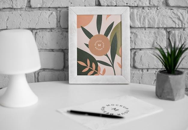 Schreibtisch mit rahmen und pflanze