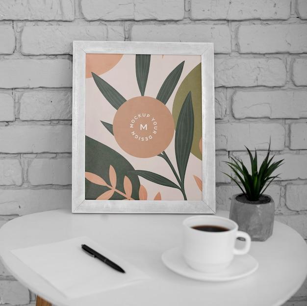Schreibtisch mit rahmen und tasse kaffee