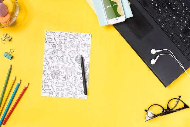 Schreibtischkonzept mit geräten, zum von anmerkungen und von papierblättern zu nehmen