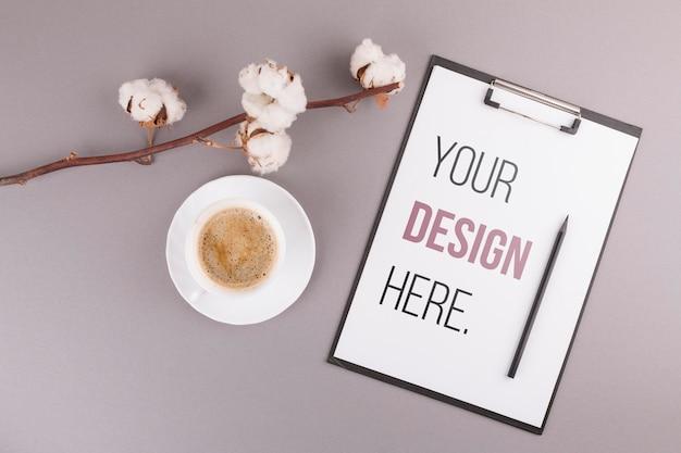Schreibtischkonzept mit kaffee und zwischenablage