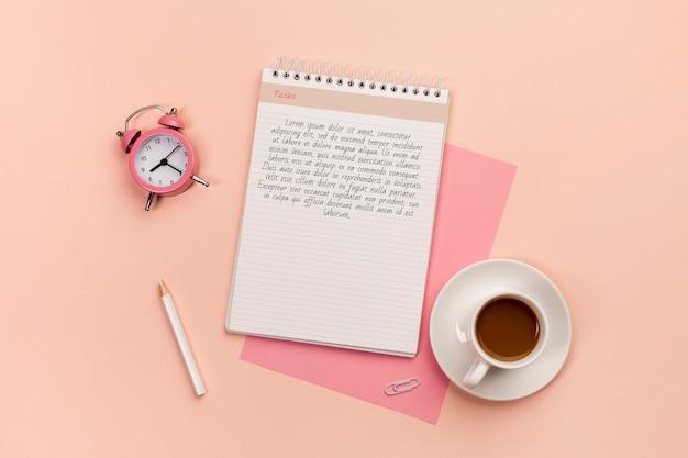 Schreibtischkonzept mit kaffeemodell