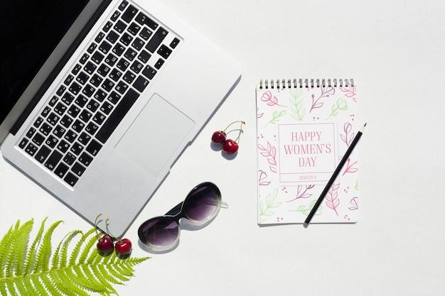 Schreibtischkonzept mit laptopmodell