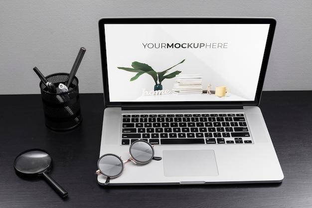 Schreibtischkonzept mit modell