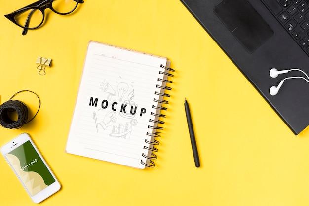 Schreibtischkonzept mit notizbuch, telefon und laptop
