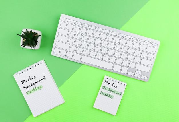 Schreibtischwerkzeuge im büro mit anlage dazu
