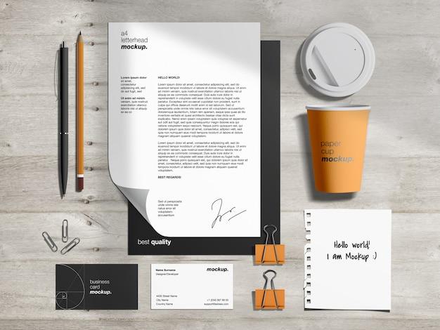 Schreibwaren-markenidentitätsmodellvorlage und szenenersteller mit briefkopf, visitenkarten, papierkaffeetasse und zerrissener papiernotiz