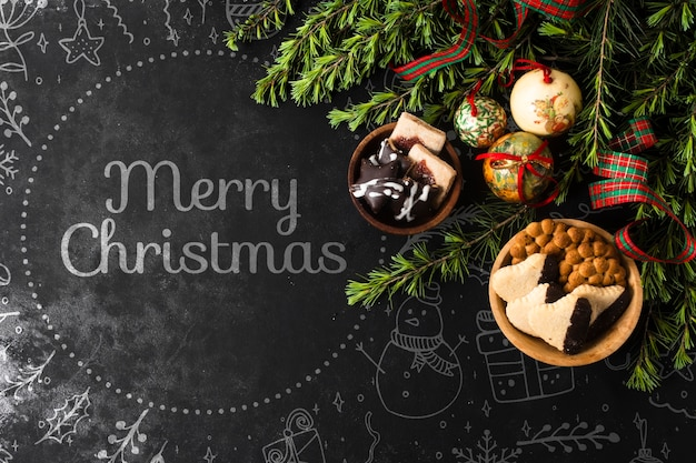 Schüsseln mit imbissen und dekorationen für weihnachten